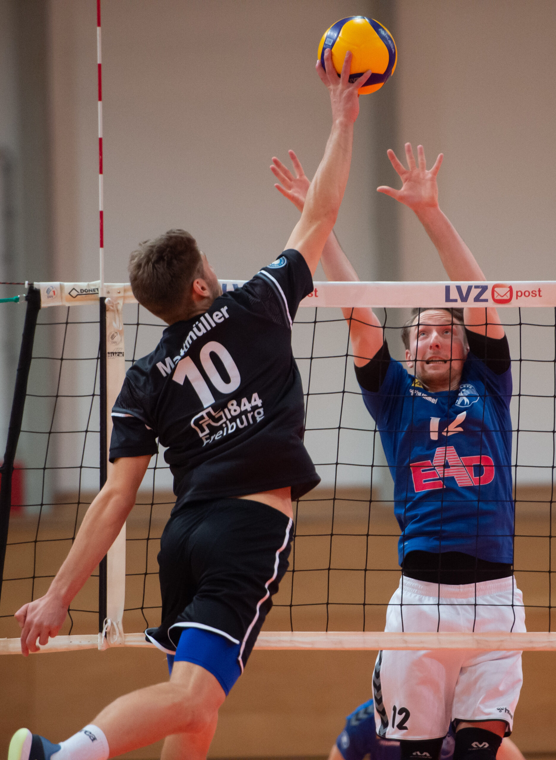 Martin  Burgartz (Volleys #12) im Block gegen Mathis Mattmüller   L.E. Volleys Leipzig vs FT 1844 Freiburg, Volleyball, 2.Liga, 13.03.2021