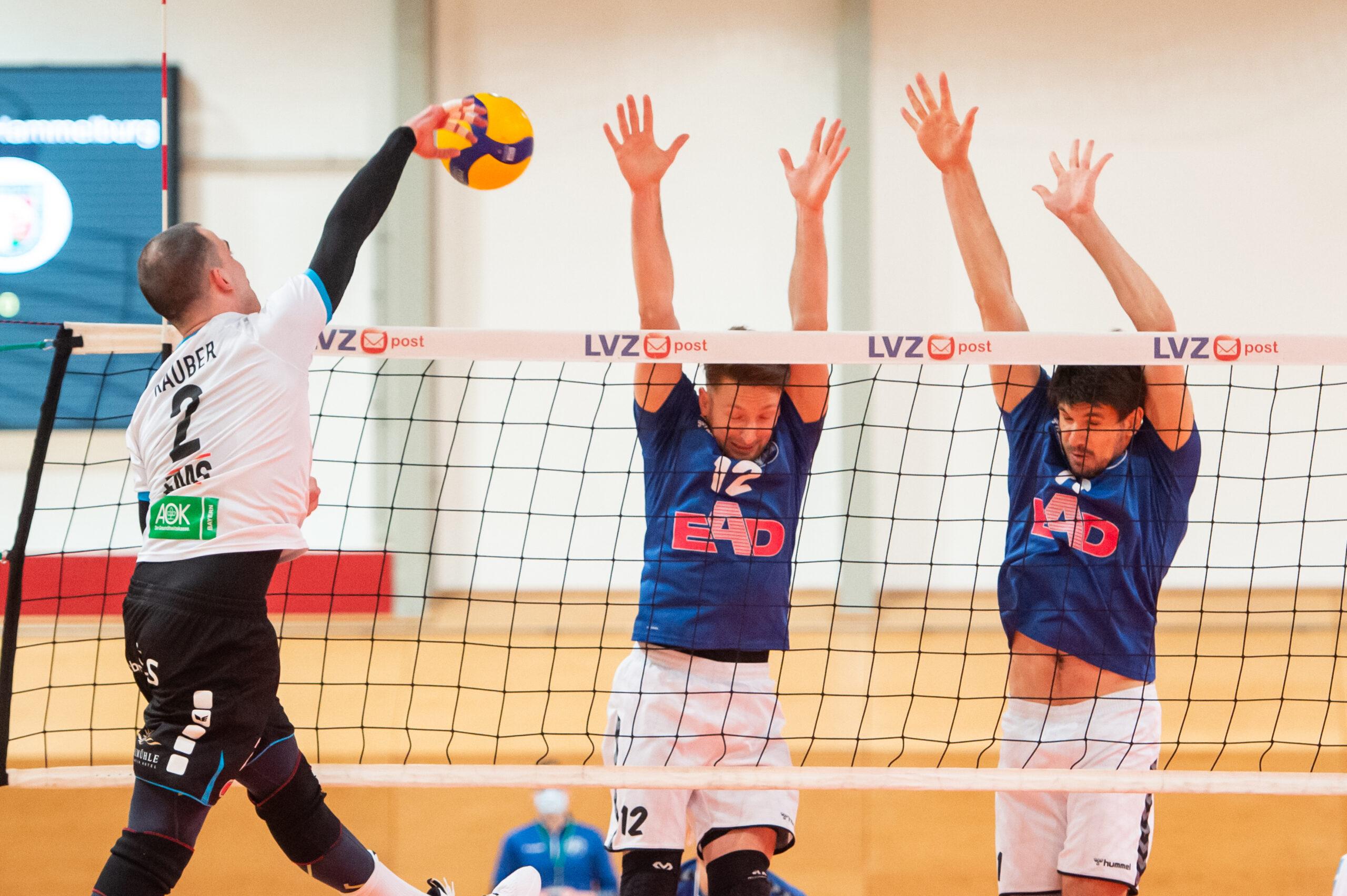 Moritz Rauber (Hammelburg #2) im Angriff gegen Martin  Burgartz (Volleys #12) und Jerome Ptock (Volleys #11)  - L.E. Volleys Leipzig vs TV/DJK Hammelburg, Volleyball, 2.Liga, 20.03.2021
