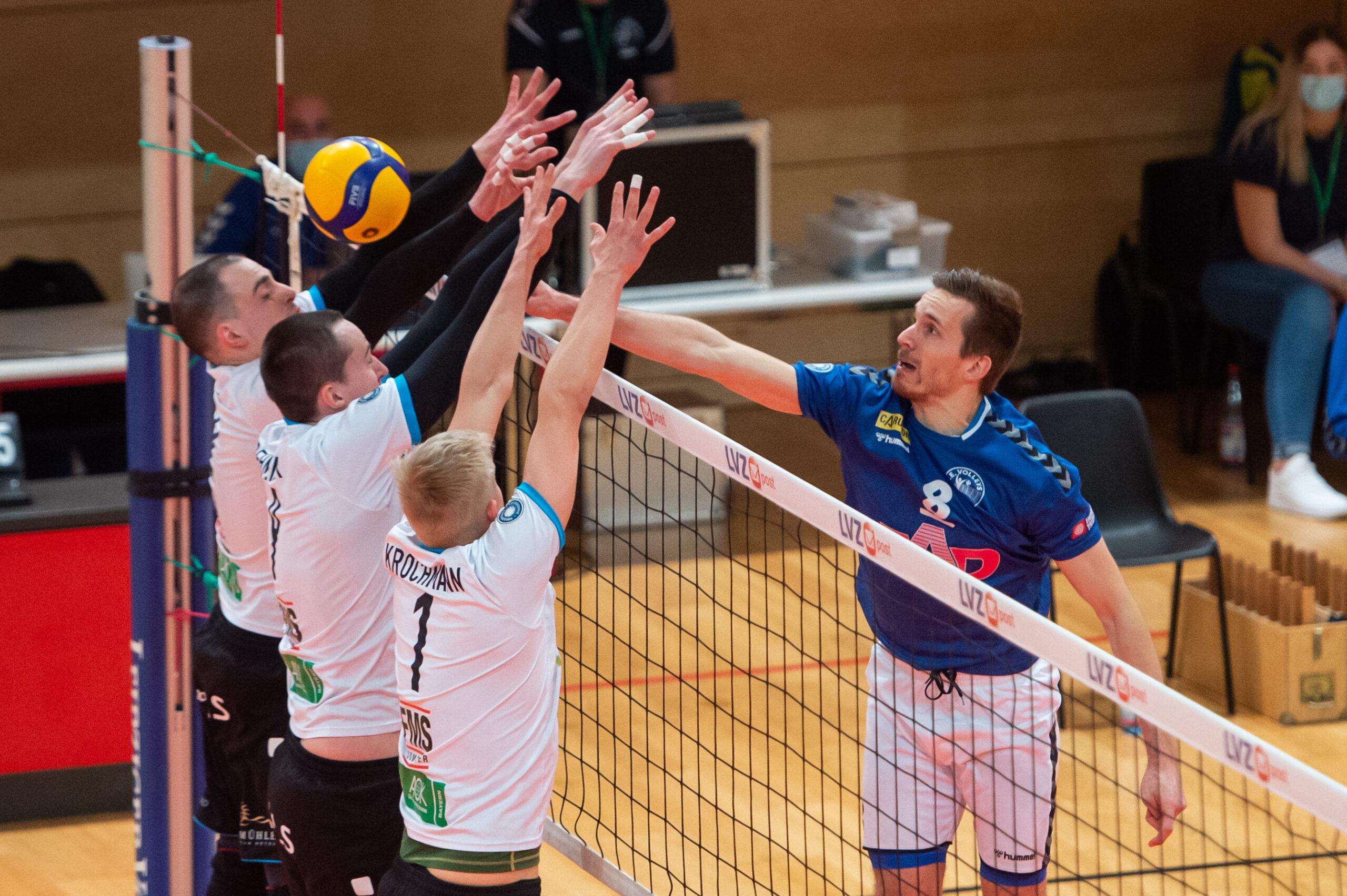 Chris Warsawski (Volleys #8) sticht den Ball durch den dreifachen Block der Hammelburger -   L.E. Volleys Leipzig vs TV/DJK Hammelburg, Volleyball, 2.Liga, 20.03.2021